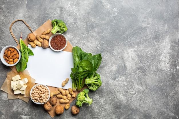 Fonte proteica per vegetariani vista dall'alto su uno sfondo concreto