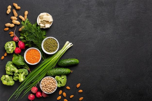 Fonte di proteine per i vegetariani vista dall'alto su uno sfondo nero concetto di cibo sano e pulito copia spazio