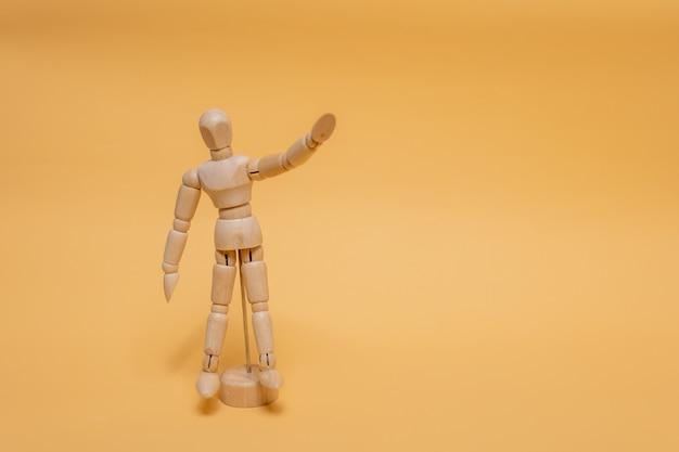 Prototipo per il disegno in piedi, alzando le mani sullo sfondo.