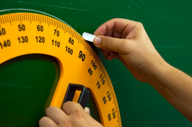 Goniometro utilizzato per disegnare sul consiglio scolastico