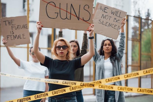 Dimostrando i loro diritti. un gruppo di donne femministe protesta all'aperto