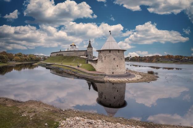 Il pskov krom (o il cremlino di pskov). la foce del fiume pskova. confluenza dei fiumi pskova e velikaya. la torre ploskaya. pskov, russia