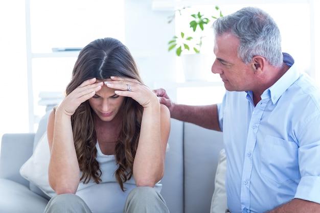 Psichiatra che consiglia donna pregenat in clinica