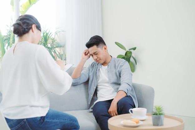 Consulenza psicologica e seduta di terapia psicologica. uomo in stress che racconta emotivamente la sua depressione e problemi al medico.