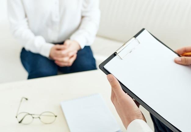 Psicologo che scrive su carta terapia di comunicazione del paziente. foto di alta qualità