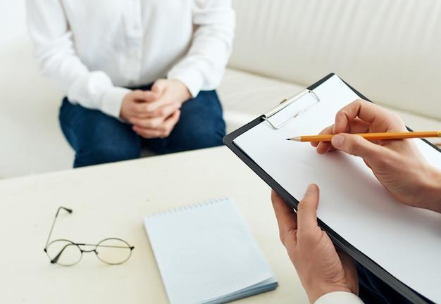 Psicologo che scrive su carta terapia di comunicazione del paziente