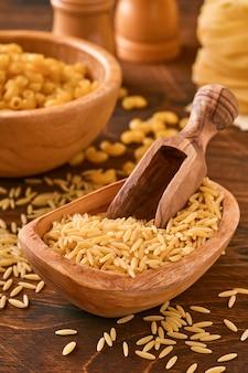 Ptititm o cuscus israeliano - tipo di piccola pasta, tradizionale per la cucina israeliana su un vecchio sfondo di legno.