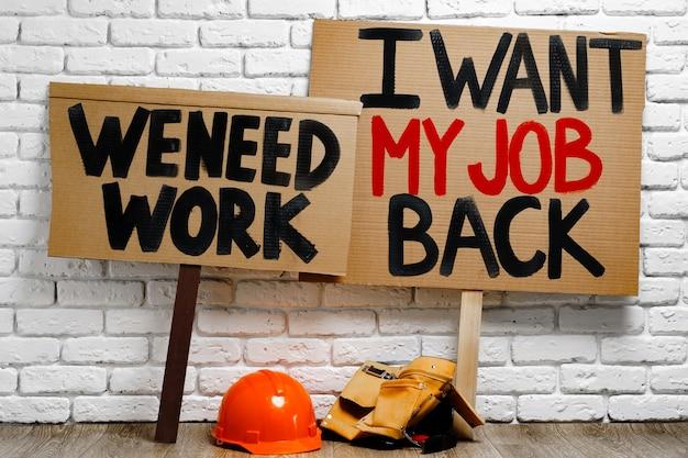Primo piano dei cartelli testimoni contro la perdita del lavoro durante la pandemia di coronavirus