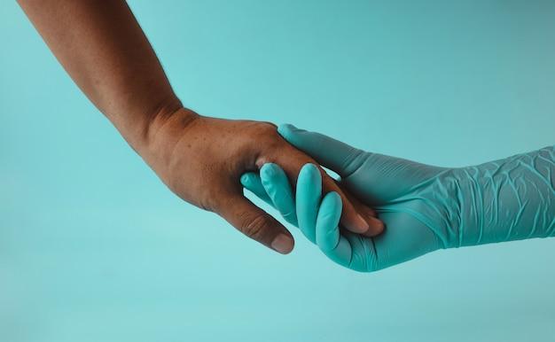 Salute mentale ptsd, concetto incoraggiante. mano del medico o terapista che sostiene e tocca un paziente