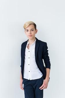 Concetto di pubertà - ritratto dell'adolescente su una superficie bianca.