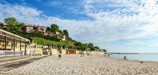 Spiaggia pubblica golden coast a odessa, ucraina, in una soleggiata mattina d'estate