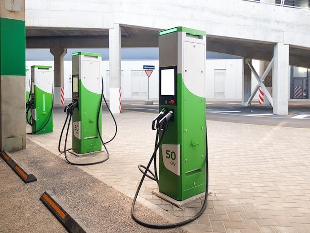 Stazione di ricarica pubblica per caricare la batteria dei moderni veicoli elettrici con mockup