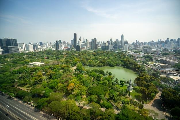 Parco pubblico e grattacieli paesaggio urbano nel centro della metropoli