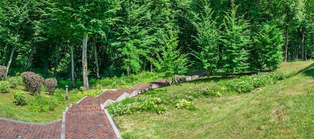 Parco pubblico vicino alla casa honka nella residenza mezhyhirya, kiev, ucraina, in una soleggiata giornata estiva summer