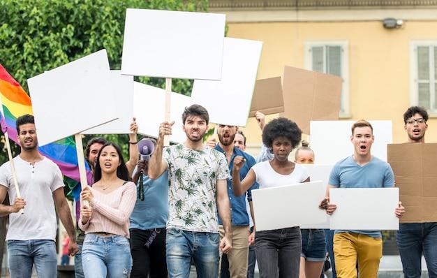 Protesta pubblica contro problemi sociali e diritti umani. gruppo di persone multietniche che protestano pubblicamente
