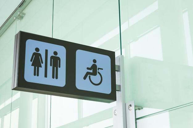 Segnaletica per bagni pubblici con simbolo di accesso per disabili