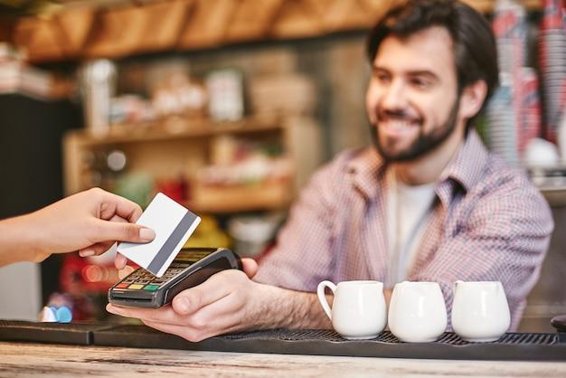 Il servizio pubblico deve essere più che svolgere un lavoro in modo efficiente e onesto è un pagamento per piccole imprese