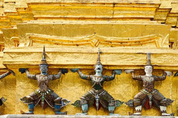 Il tempio pubblico è decorato con il colore dorato per mostrare elite e vecchia moda. famosa area pubblica wat temple con architettura retrò per tutti i thailandesi.
