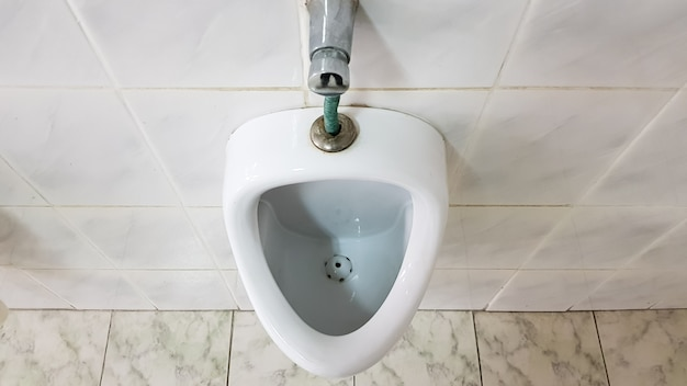 Toilette pubblica con un orinatoio in ceramica. gli orinatoi preparano ciotole per gli uomini.