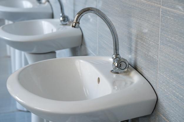 Rubinetti dell'acqua pubblica nei bagni della scuola