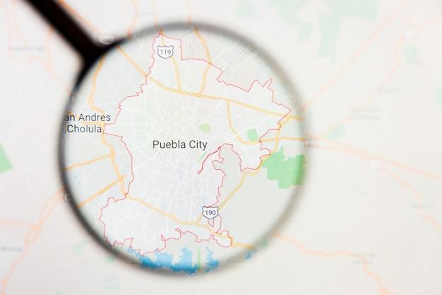 Concetto illustrativo di visualizzazione di puebla, città del messico sullo schermo di visualizzazione tramite la lente d'ingrandimento