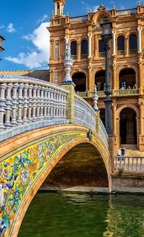 Puente de navarra, un ponte presso la plaza de espana a siviglia, in spagna, in andalusia
