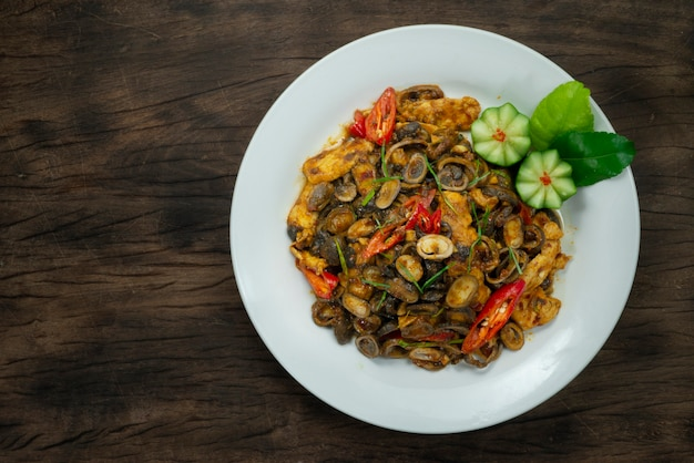 Funghi di palla di sfoglia mescolare fritti con un piatto piccante al curry rosso di pasta di peperoncino rosso