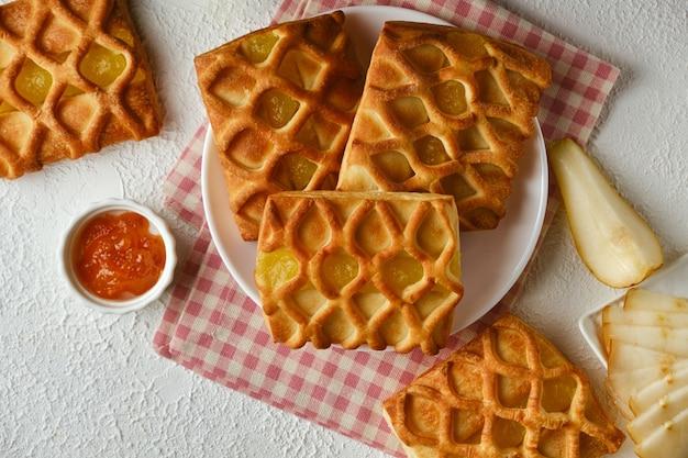 Mini tortini di pasta sfoglia con confettura di pere e lime