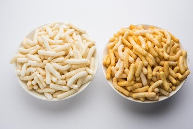 Riso soffiato o snack di grano o mais noto anche come fryums servito su uno sfondo lunatico
