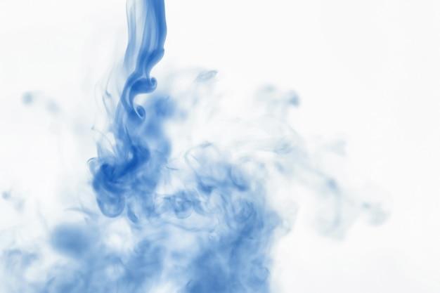 Sbuffi di vernice nell'acqua. la dissoluzione del colorante in acqua. inquinamento dell'acqua. creatività artistica di concetto.