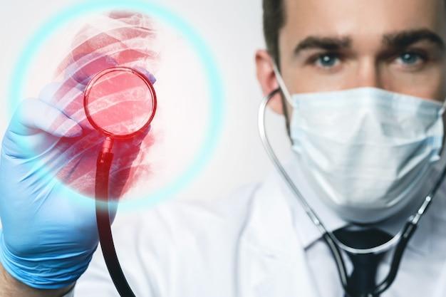 Pneumologo con stetoscopio che ispeziona i polmoni per le malattie