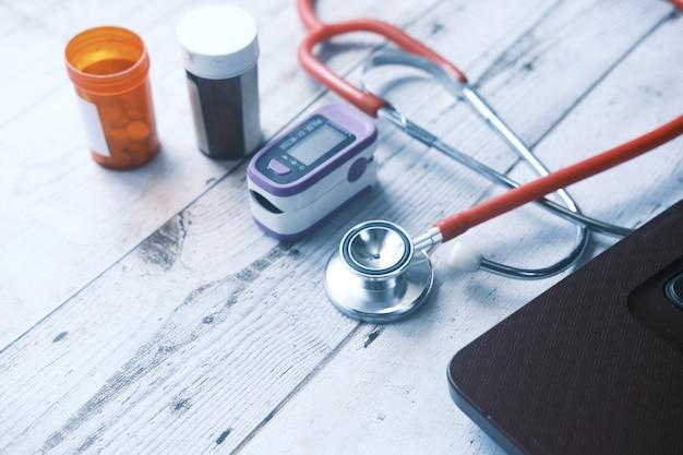 Pillole mediche del pulsossimetro e blister sul tavolo