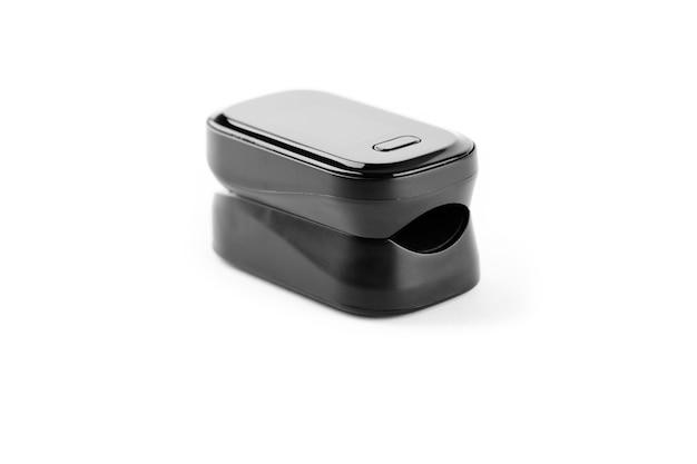 Pulsossimetro utilizzato per misurare la frequenza del polso e i livelli di ossigeno a portata di mano isolati su sfondo bianco