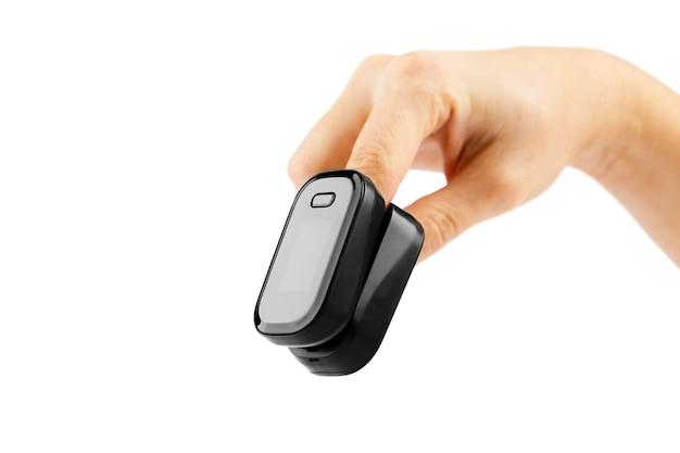 Pulsossimetro utilizzato per misurare la frequenza del polso e i livelli di ossigeno a portata di mano isolati su sfondo bianco Foto Premium