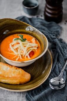 Zuppa di zucca con formaggio e pane tostato