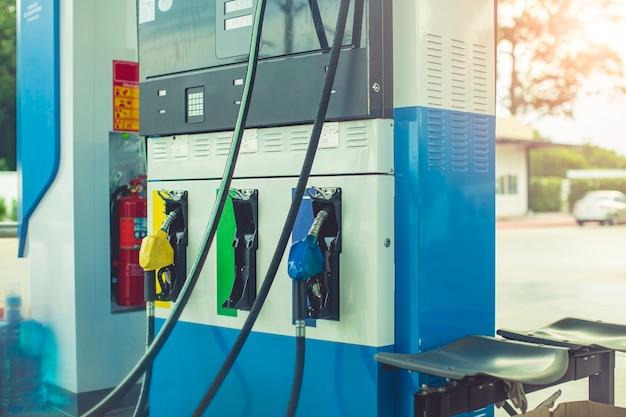 Pompare l'olio all'erogatore diesel dell'ugello del carburante dell'auto della stazione