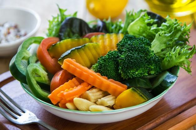 Zucca, broccoli con carota e insalata di mais in una ciotolag