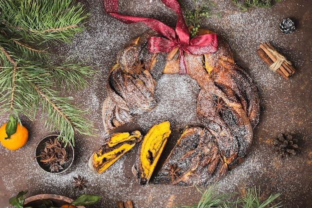 Brioche di zucca e cioccolato babka con cannella e zucchero a velo