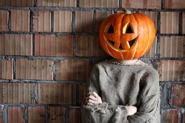 Testa di zucca mostro segno spazio mano halloween
