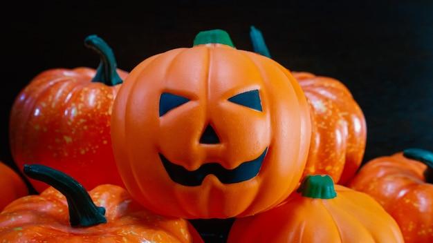 La bambola jack zucca sul tavolo di legno per il contenuto di halloween.