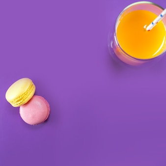 Succo di zucca e amaretto francese sul tavolo viola, vista dall'alto