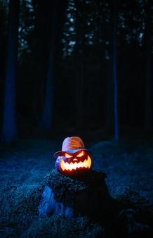 Lanterna di zucca che brucia nella foresta oscura il tradizionale concetto di vacanza di halloween sfondo holi...