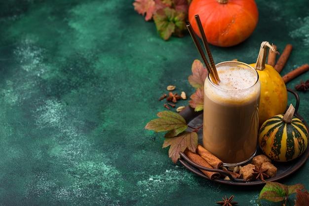 Latte di zucca in un bicchiere. bevanda calda tradizionale autunnale