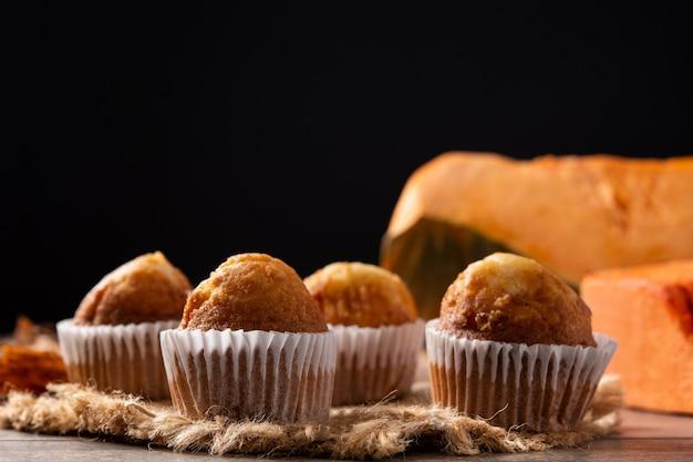 Muffin alla zucca su tavola di legno