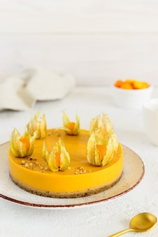 Torta di zucca e arancia decorata con physalis