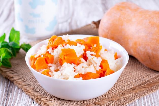 Porridge di zucca con riso su uno sfondo di legno - cibo tradizionale ucraino