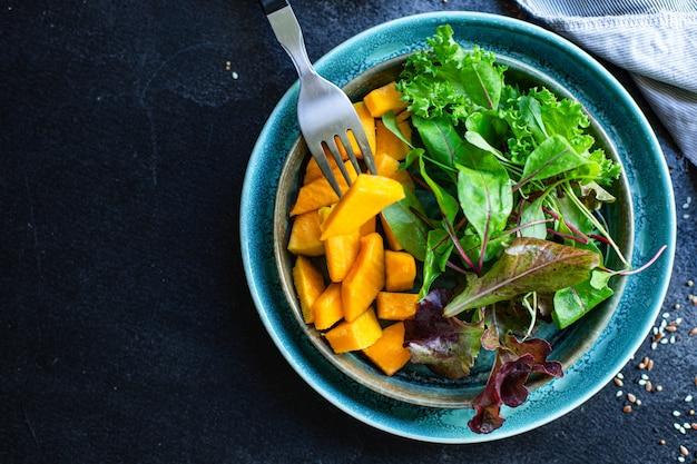 Insalata di zucca foglie verdi mescolare le verdure di lattuga pronte da mangiare