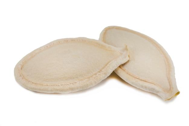 Semi di zucca isolati su uno sfondo bianco.