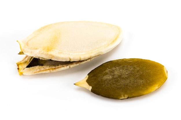 Semi di zucca o pepitas, isolati su sfondo bianco. vista dall'alto.
