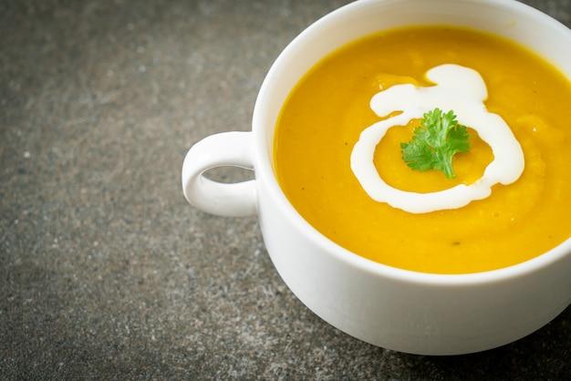 Zuppa di zucca in ciotola bianca - stile alimentare vegetariano e vegano